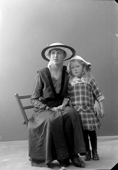 """Enligt fotografens journal nr 3 1916-1917: """"Helgesson, Fr. Gärda Öröd, Svenshögen""""."""
