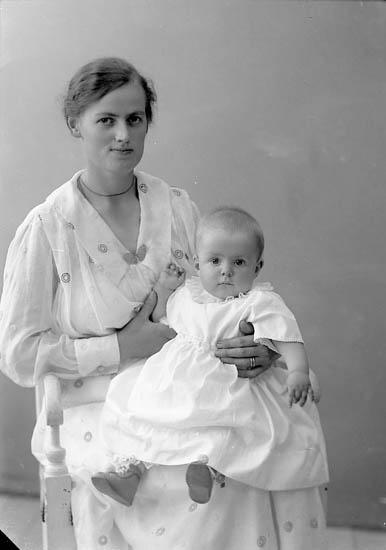 """Enligt fotografens journal nr 4 1918-1922: """"Olsson, Hilma Fru Nösnäs""""."""