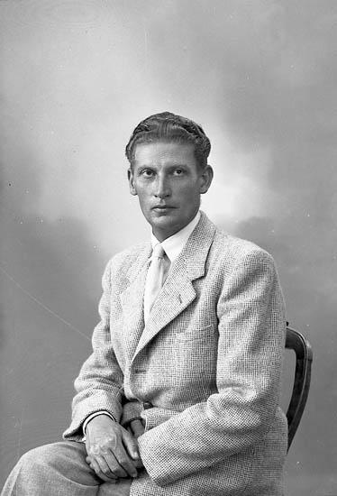 """Enligt fotografens journal nr 7 1944-1950: """"Löfgren, Ingeniör Gunnar Ödsmål""""."""