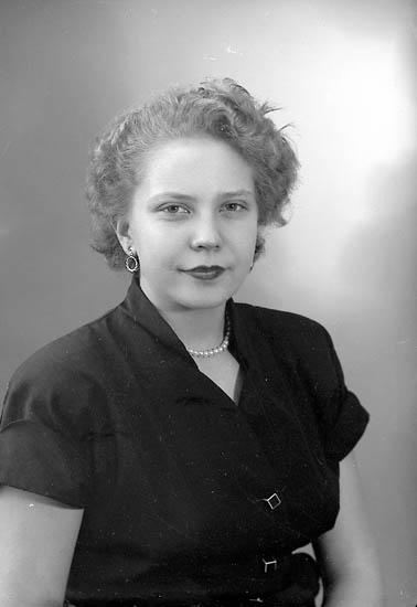 """Enligt fotografens journal nr 8 1951-1957: """"Stehr, Fr. Merit Stenungsund""""."""