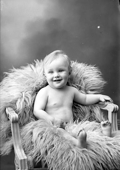 "Enligt fotografens journal nr 6 1930-1943: ""Albertsson-Carlsson, Arnold Skolg. 8 Uddevalla"". Enligt fotografens notering: ""Arnold Carlsson-Albertsson Skolgatan 8 Uddevalla""."