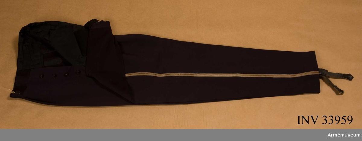 Grupp C I. Ur uniform m/1895 för major vid Livregementets husarer. Består av dolma, ridbyxor, långbyxor, mössa, knutskärp.