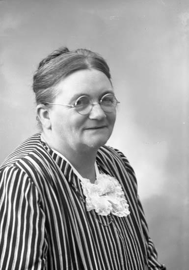 "Enligt fotografens journal nr 7 1944-1950: ""Sandberg, Fru Anna Uddevalla""."
