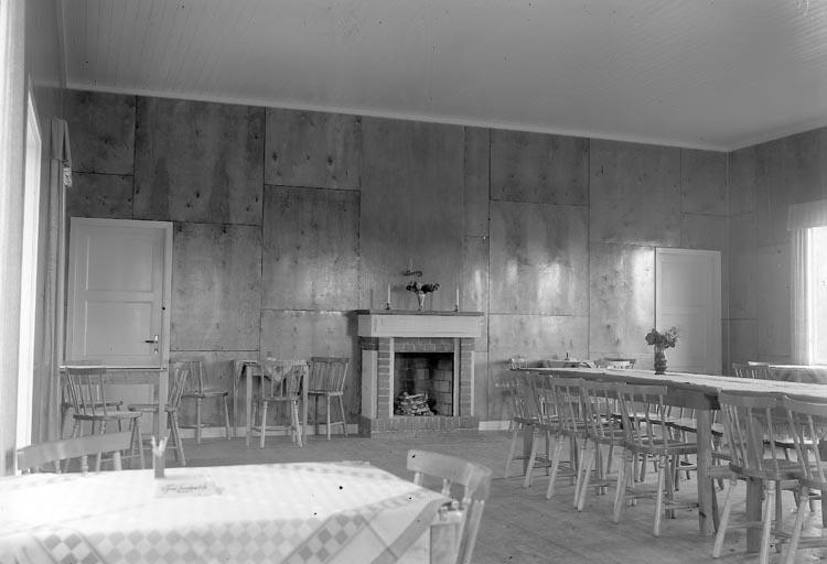 """Enligt fotografens journal nr 6 1930-1943: """"Svenska Kullagerfab. Semesterhem Brattön. Int. samlingslokaler""""."""