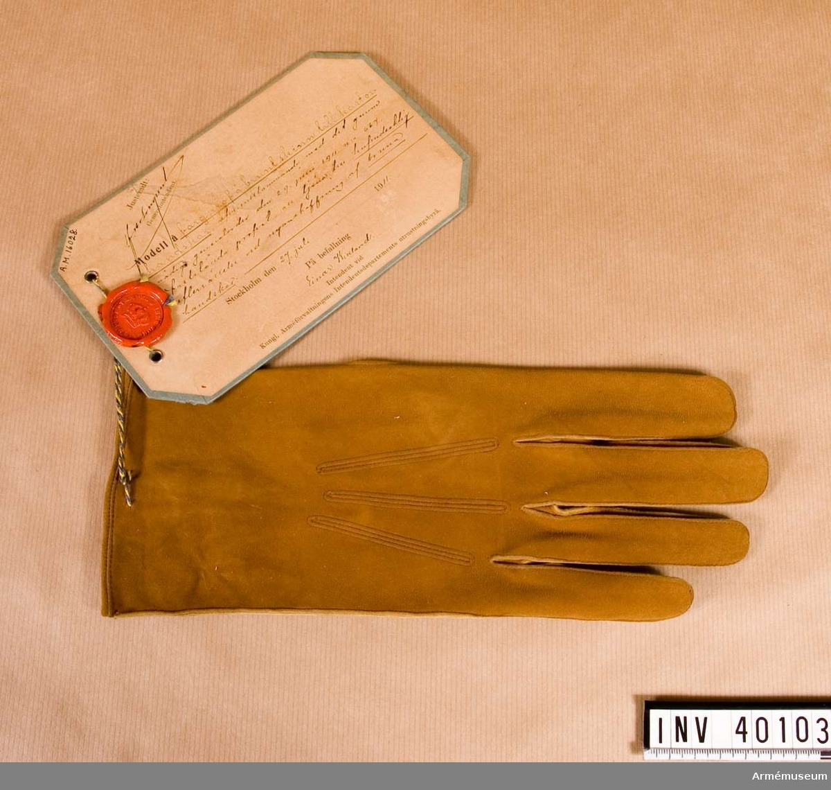 Grupp C I Färgprov m/1911 på brunt skinn till kastorshandskar att tjäna till huvudsaklig efterrättelse vid nyanskaffningen av bruna handskar. Vänsterhandske.