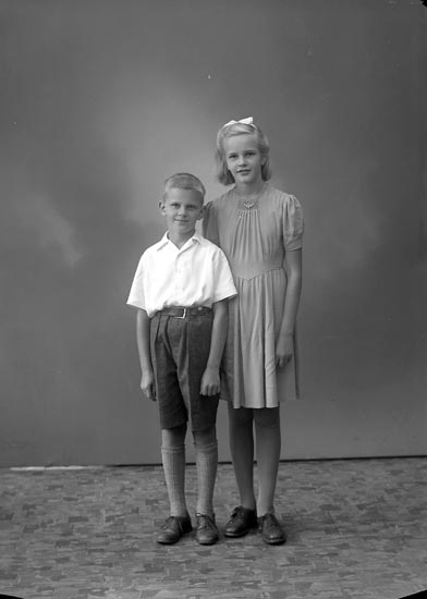 """Enligt fotografens journal nr 7 1944-1950: """"Thuresson, Herr Oskar Högen Jörlanda""""."""