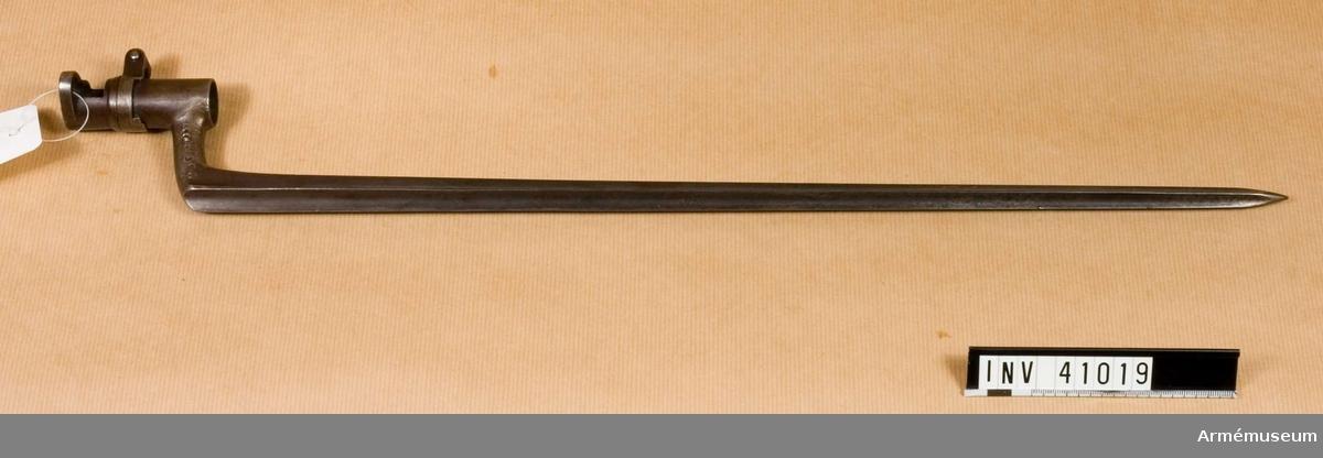 Grupp E II f.  tnr 246, 21 397.  Samhörande gåva: 297 gevär med bajonett, 41000-41593. Samhörande nr 41018-9, gevär, bajonett.