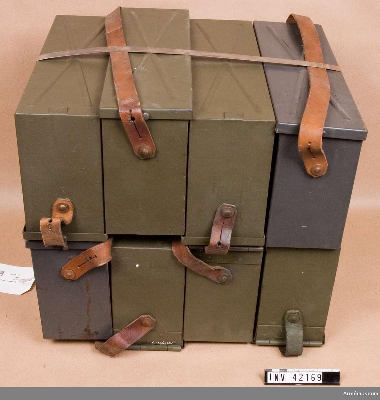 Grupp E IV. Till samhörande kulspruta finns lavett, bandlådehållare, två bärhandtag, riktmärke med tillbehör, ångslang, åtta bandlådor, vattenlåda, reservpipa i fodral, fyra reservpipor i trälåda, reservdelslåda och manteltätare.