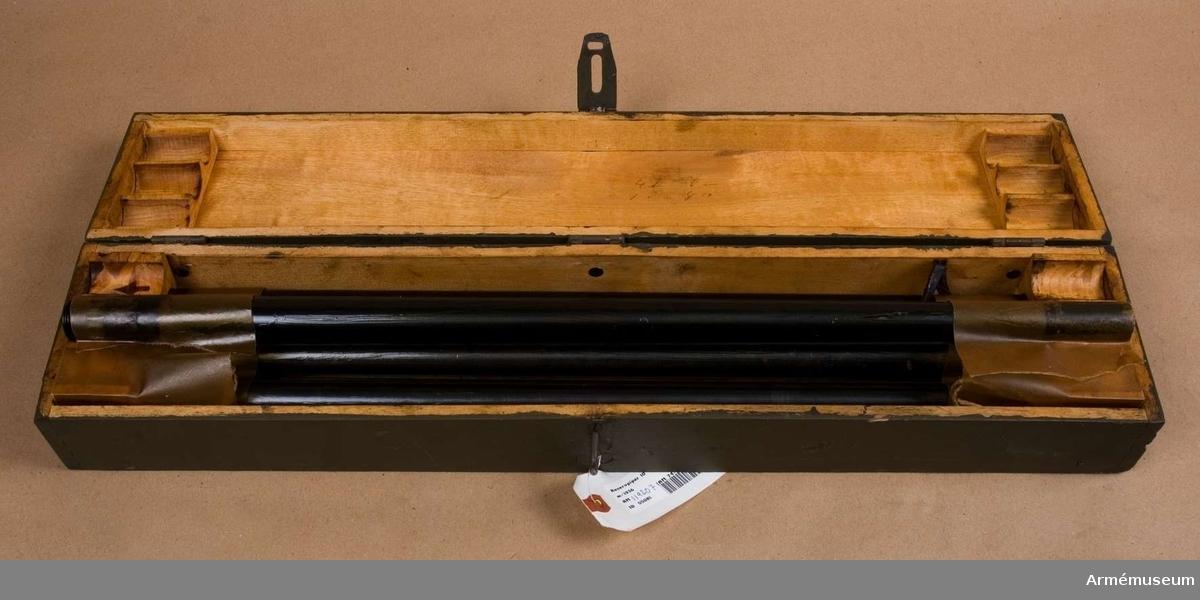 .Grupp E IV. Reservpipa till 6,5 o 8 mm kulspruta m/1936. Till kulsprutan finns lavett, bandlådehållare, 2 bärhandtag, riktmärke med tillbehör, ångslang, 8 bandlådor, vattenlåda, reservpipa i fodral, 4 reservpipor i trälåda, reservlåda, manteltätare.