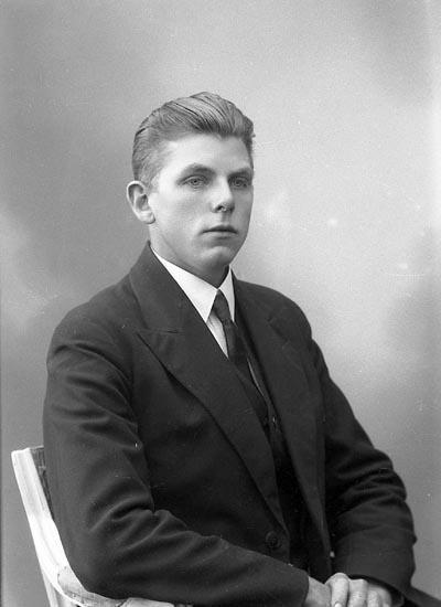"""Enligt fotografens journal nr 6 1930-1943: """"Myrén, Charles, Kyrkenorum, Här""""."""