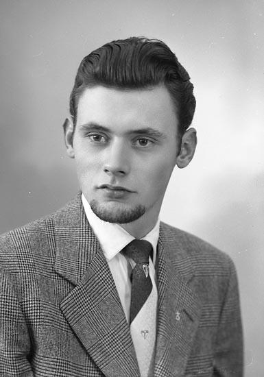 """Enligt fotografens journal nr 8 1951-1957: """"Mucher, Herr Gerhard Havsviken Här""""."""