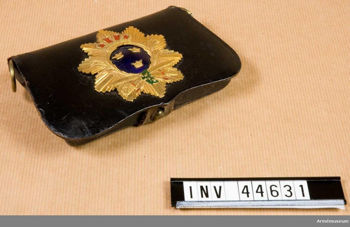 Grupp C I. Ur uniform för officer vid Upplands regemente. Bestående av  käppi, kartuschväska, kartuschrem, knutskärp.