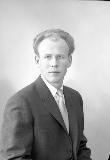 "Enligt fotografens journal nr 9 1958-: ""Larsson, Herr Jens Stenung Stenungsund""."