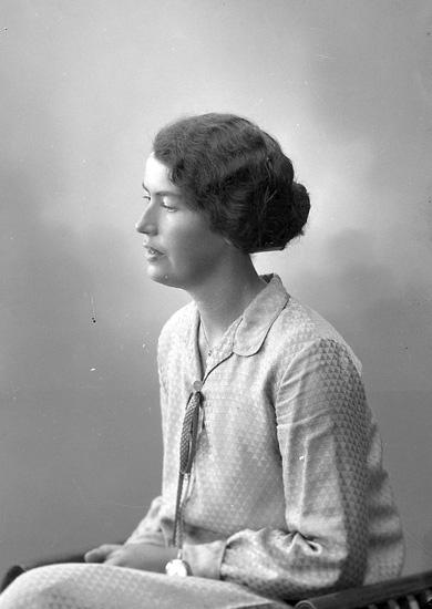 """Enligt fotografens journal nr 5 1923-1929: """"Niklasson, Olga Varekil""""."""