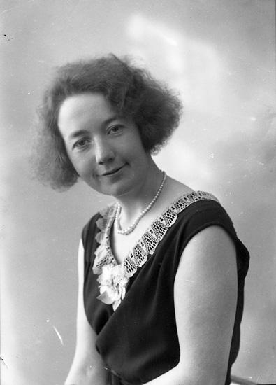 """Enligt fotografens journal nr 6 1930-1943: """"Andersson, Fröken Martha, Engö Varekil""""."""