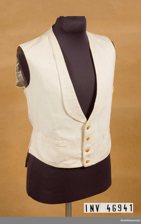 Grupp C I.  Ur uniform för fortifikationskassör, bestående av frack, långbyxor, väst, trekantig hatt.