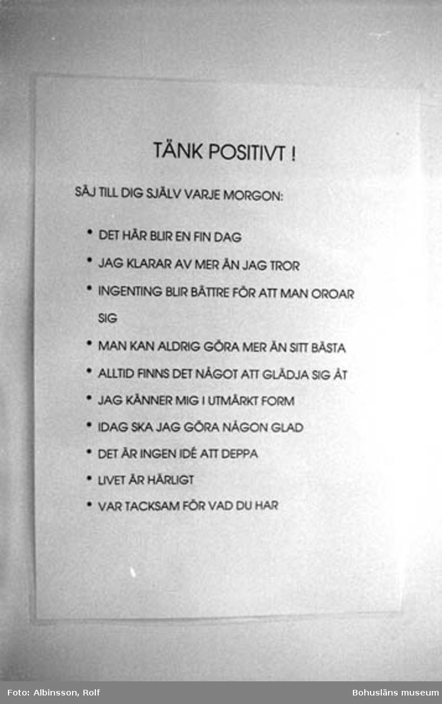 """Enligt fotografens noteringar: """"Tänk positivtskylten.""""  Fototid: 1996-03-14.  1996-03-15"""