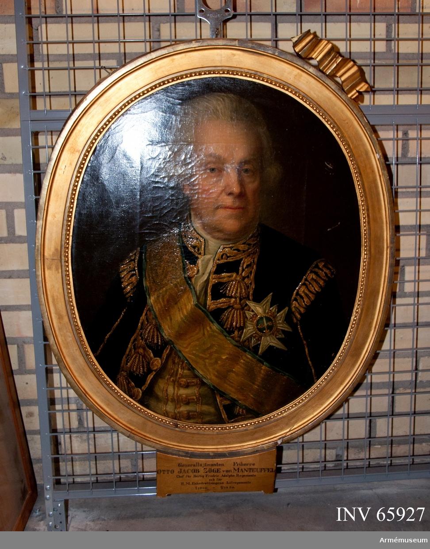 Grupp M I. Porträtt av Zöge von Manteuffel. Oljemålning i form av porträtt utfört av Anders Eklund (1737-1802), föreställande O.J.Z von Manteuffel. Beskrivning enl Peyron: Bröstbild framåtvänd, huvudet bart, vitt hår, lockigt vid sidorna, slätrakad. Uniformsrock, rikt guldbroderad på framvåderna och axlarne, öppen med ståndkrage, vit halsduk, ljusgul, guldbroderad väst med förgyllda knappar, svärdsordens storkkorskraschan och ordensband utanpå uniformen. På sockeln: (utom namnet) Chef för Hertig Fredric Adolphs regemente och för H.M. Enkedrottningens Lifregemente 8/1 1766- 20/2 1782. Infattning: Oval, slät förgylld träram i gustaviansk stil med en bandrosett ovanpå och en pälsrand innerst. På baksidan: (med bläck) Otto J Freij Herr Zöge von Manteufell. General af Infanteri. Commendeur med stora korset af Svärdsorden. Förste Stallmästare hos H.K.H. Prinsessan Sophia Albertina. Född den 2 April 1718, Död den 6 Februari 1796. Anders Eklund Pinx. Stockholm 1793.  Zöge von Manteuffel var chef för Prins Fredrik Adolfs regemente från 1766 till 1772, då regementet bytte namn till Änkedrottningens livregemente. Han var sedan chef för det regementet till 1782 då han flyttade över till Jönköpings regemente som han var chef över till 1785. 1792 blev han utnämnd till general och året efter utfördes porträttet. 2016-05-06 MM.