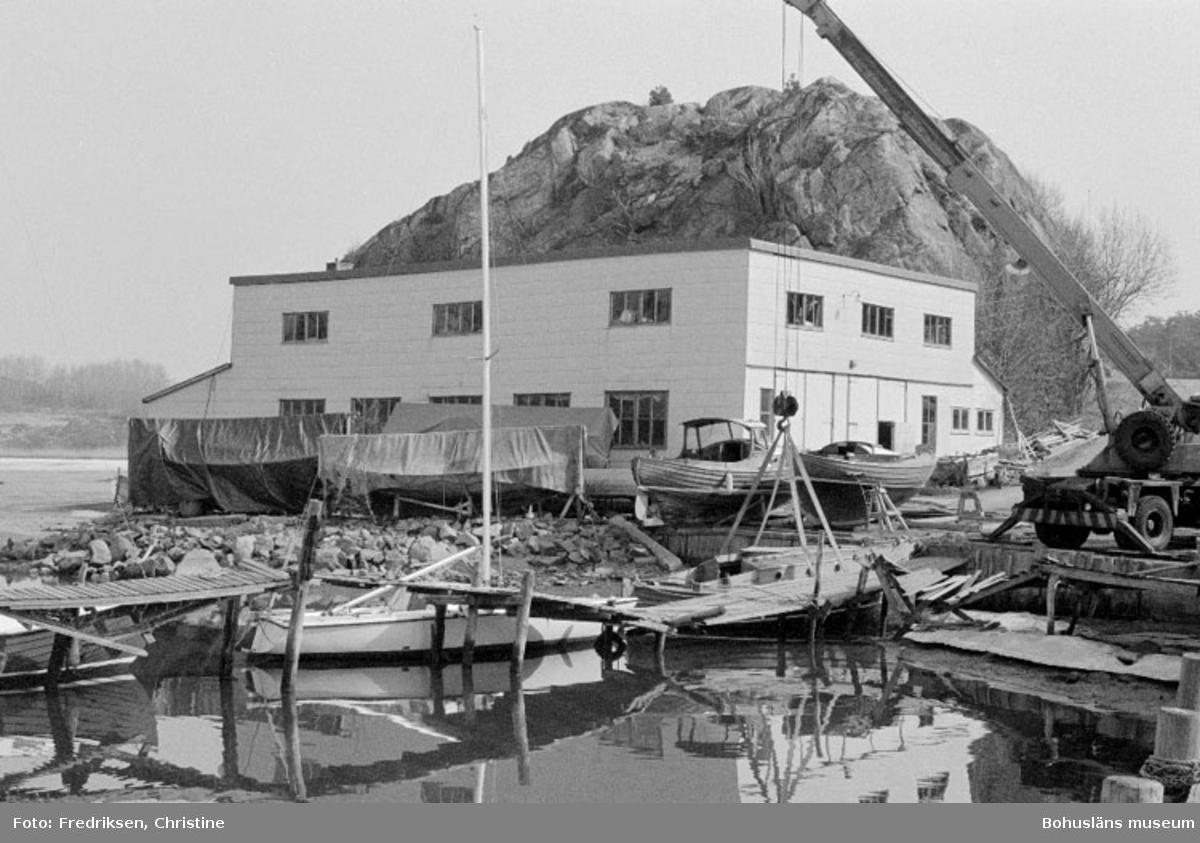 """Motivbeskrivning: """"Nilssons Båtbyggeri, Bojarkilen, Strömstad."""" Datum: """"19800429."""" Riktning: NÖ."""