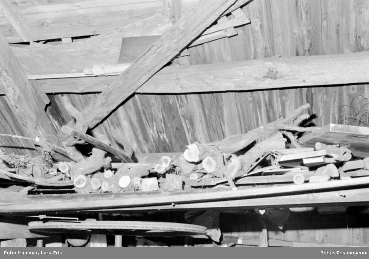 """Motivbeskrivning: """"F.d varv i Skredsvik, uppe vid taket syns bl.a mallar och virke."""" Datum: 19800717"""