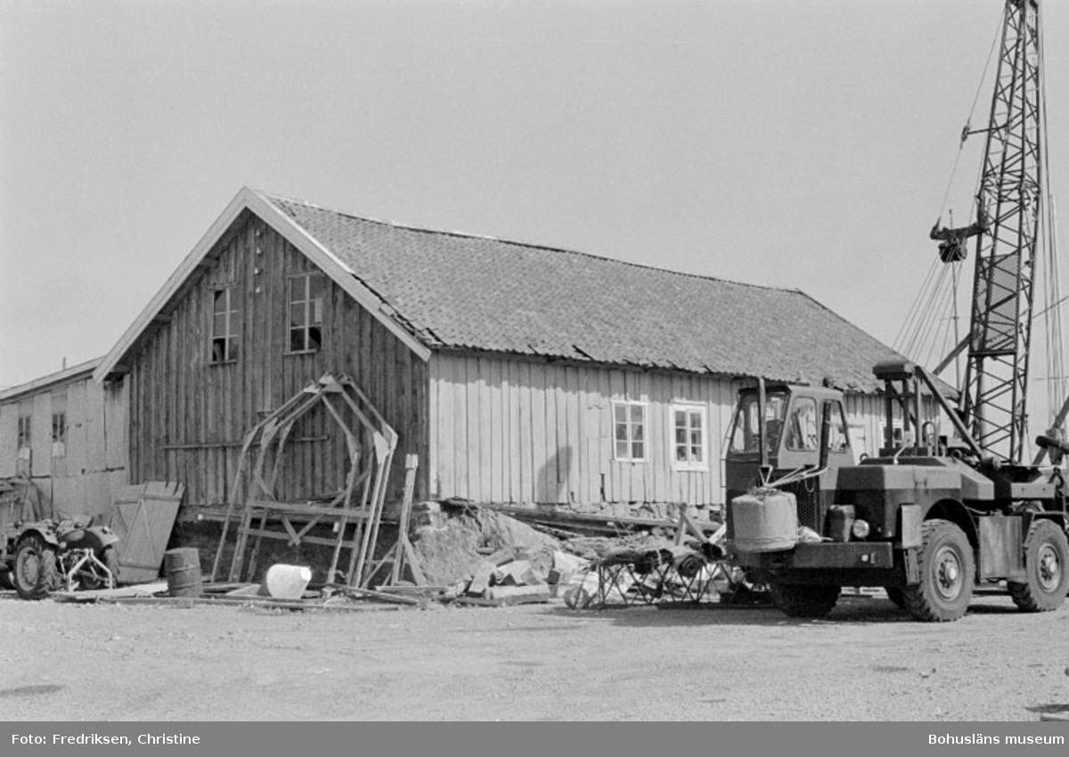 """Motivbeskrivning: """"Larssons Båtvarv, Koön, Marstrand (vinterförvaring, vårutrustning, och reparationsarbeten; ägare Lars-Erik Larsson)."""" Datum:19800722 Ruktning: Ö"""