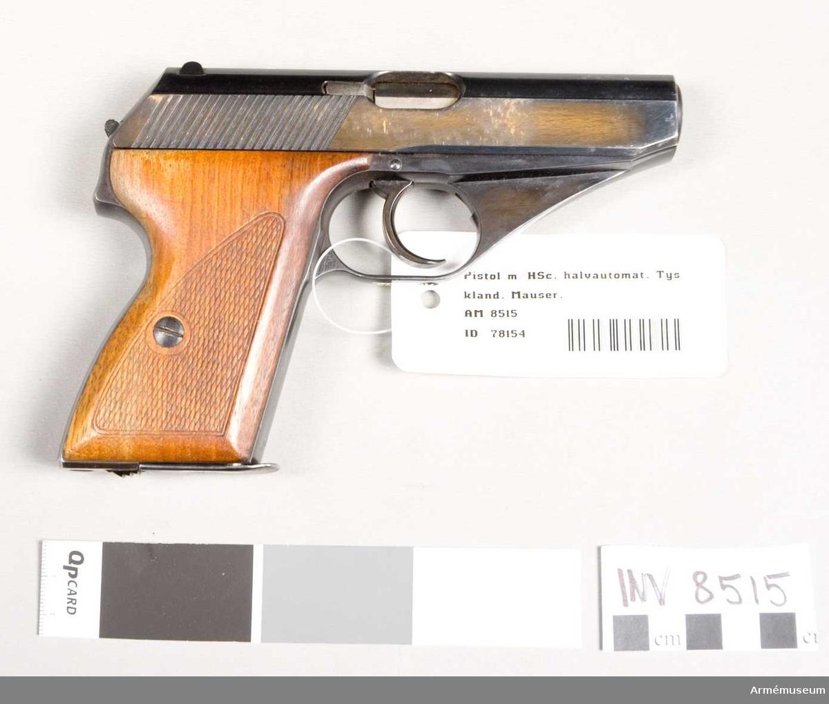 """Tillverkningsnummer 718036. Märkt Mauser Werke A.G. Oberndorf a.N. Mod.HSc Kal.7,65 mm """"tysk örn"""" med N 656. Handgrepp av trä. Bestående av 1 st pistol, 2 st magasin.   Samhörande nr är 8515-6, halvautomatpistol, fodral."""