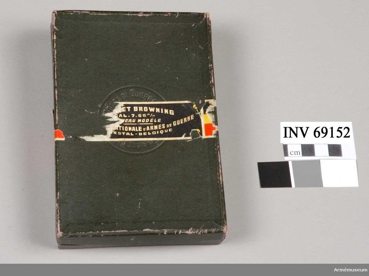 Ask i papp med innehåll: 2 magasin, 1 läskstång, 1 laddblindpatron.     Förmedlare: Ryttmästare Vogel. 1978.06.15.