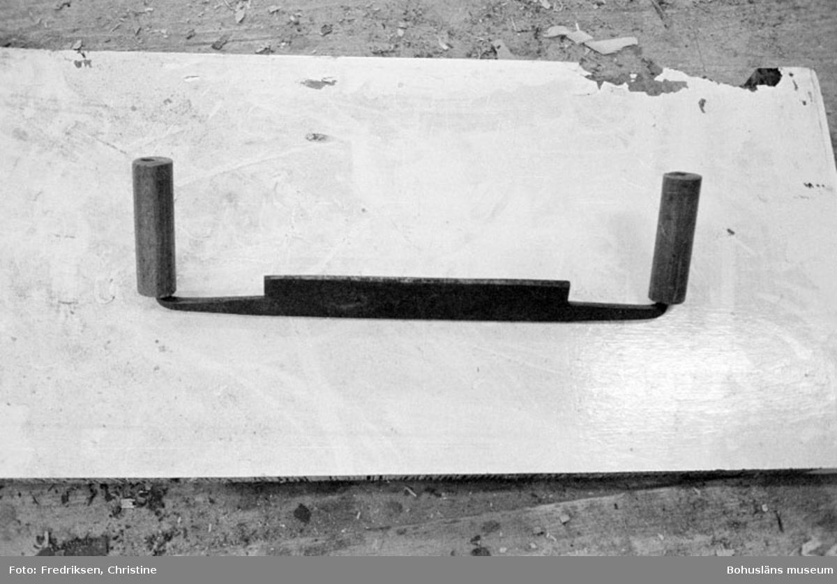 """Motivbeskrivning: """"Klöveröns varv, barkspade (barkkniv) användes till att barka av rundvirke till master."""" Datum: 19800919"""