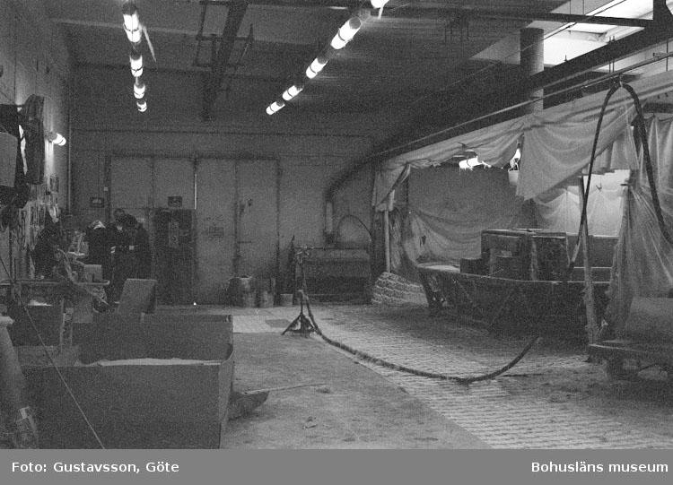 """Motivbeskrivning: """"Gullmarsvarvet AB, bild från sprutrum nr 2."""" Datum: 19801031"""