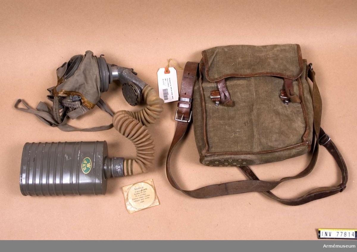 Grupp J. Består av ansiktskydd m/1923, slang med ventilhus fm/1929, behållare, väska..