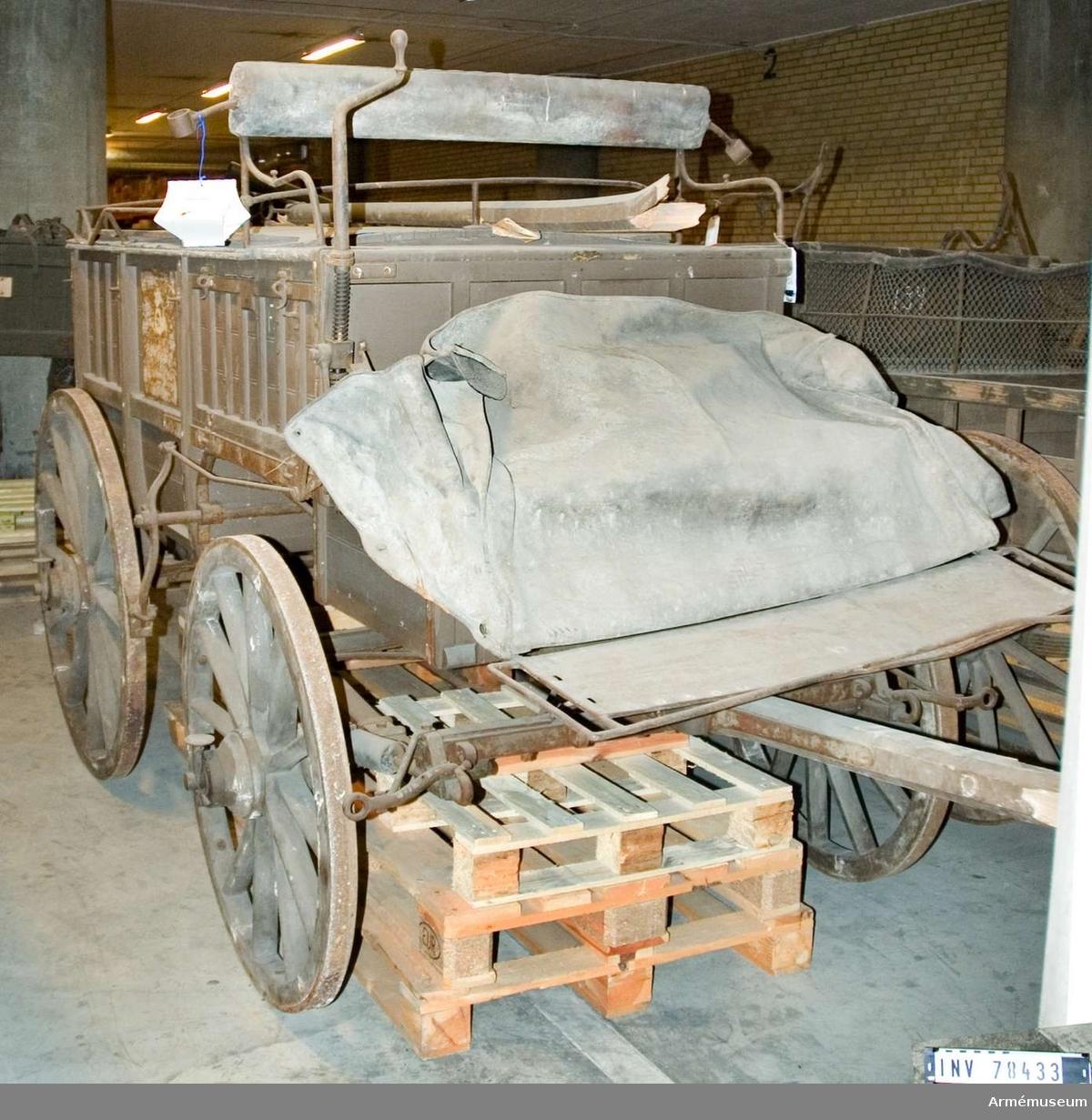 Grupp I VI. Fältpostvagn med fotsack, tillverkad 1907 vid Carlssons Söner Mek. Wagnfabrik.