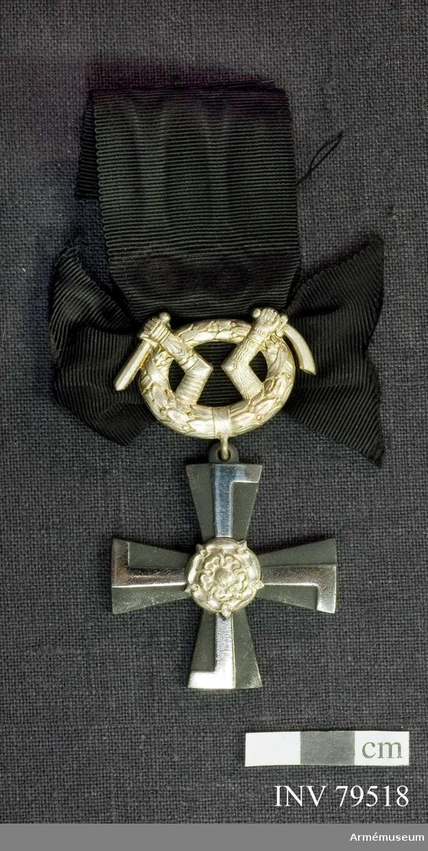 Ordenstecken med årtalet 1941, Lagerkrans med Karelens vapen, Bandrosett, svar. Att utdelas till efterlevande.