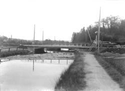 "Enligt noteringar: ""Pumpbron vid Munkedals herrgård."" (BJ)"