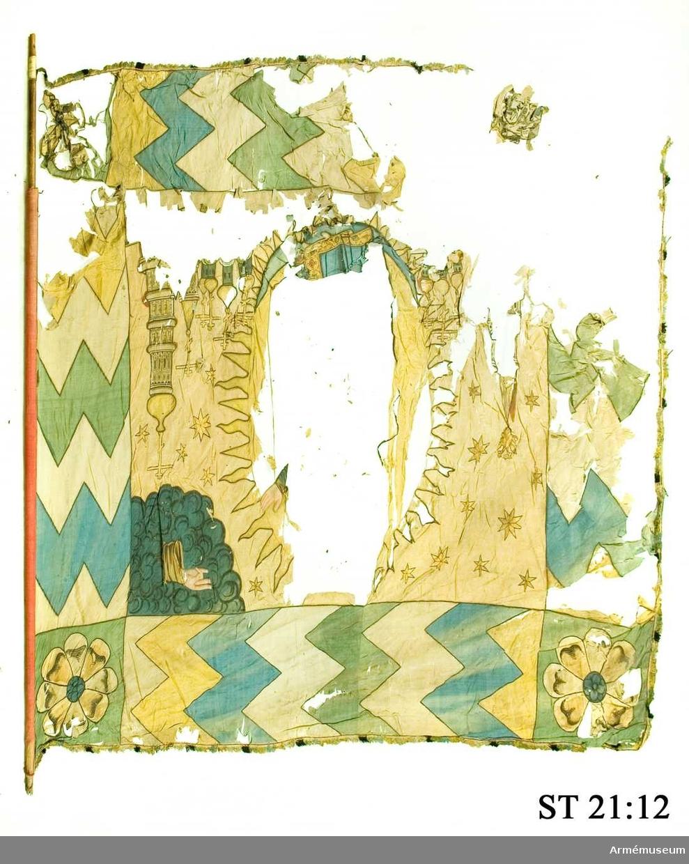 Maria på månskära. I mittfältet strödda (12 st 6-uddiga stjärnor: Därunder kyrkspiror och ortodoxa kors. En spira i flygsidan krönt med en dubbelörn. Hand framträder ur moln i övre stångsidehörnet.