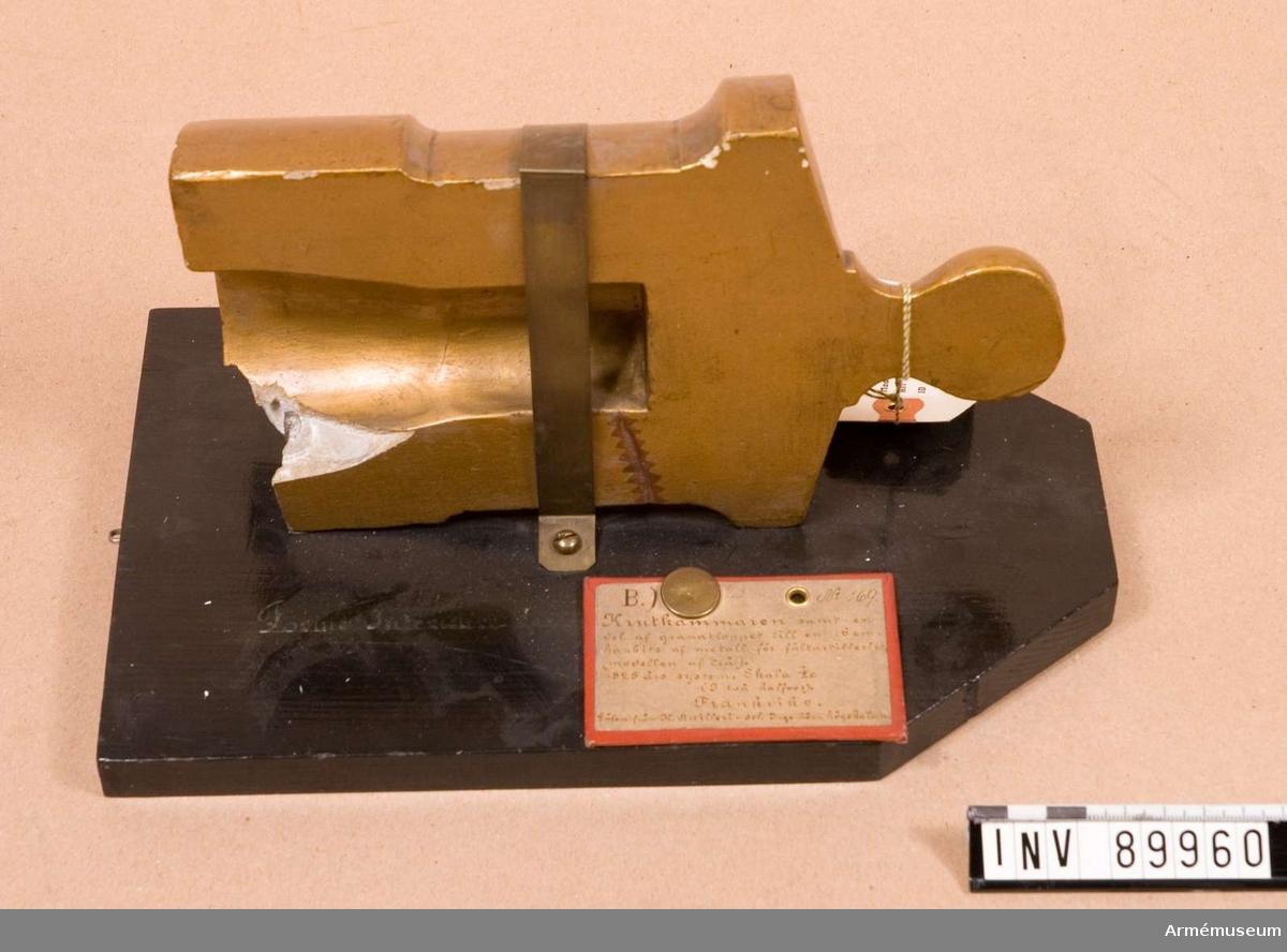 Grupp F I. Modell av krutkammare, del av granatlopp. Skala 1/2,5. Till 16 cm haubits för fältartilleriet. 1825 års system. Av målad gips. I två halvor. Defekt.