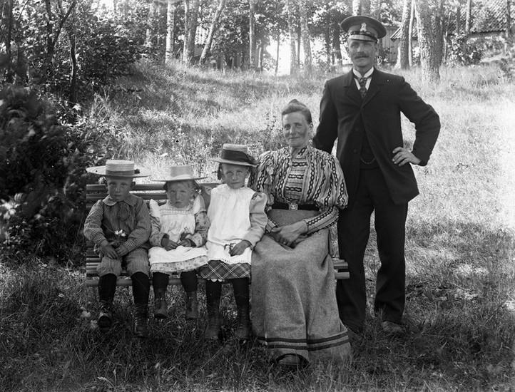 Familj i skogsbacke