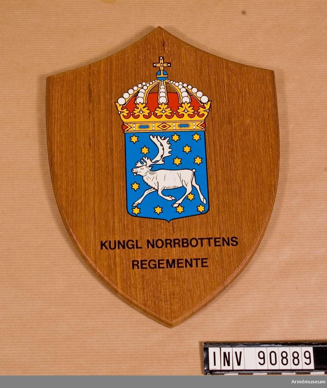 Norrbottens regementes (I19) vapen fästat på träsköld.