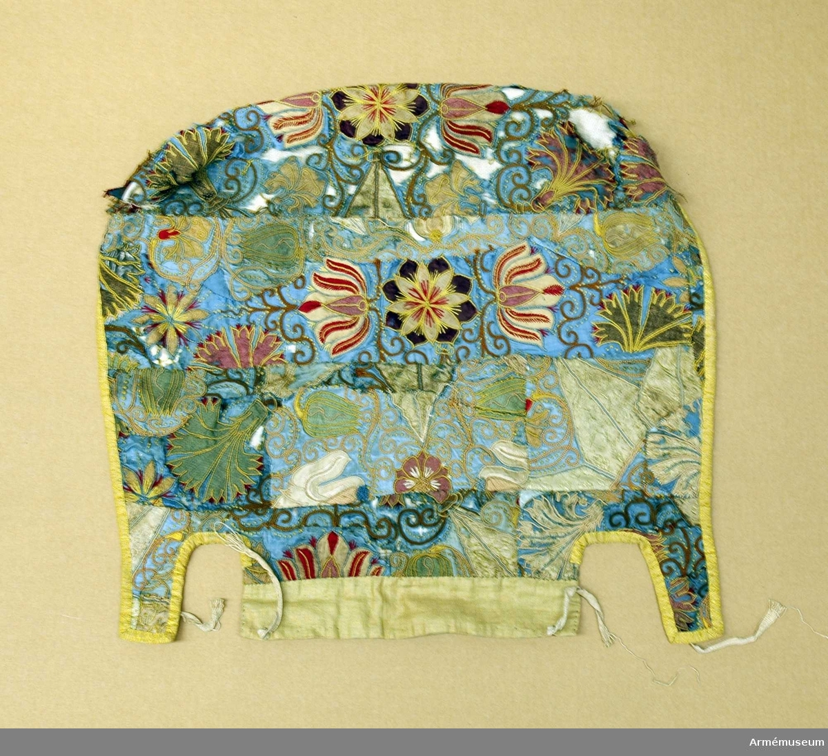 Stolsklädseln är hopfogad av olikfärgade sidenbitar med blomstermotiv i applikation, broderade med läggsöm, stjälkstygn, plattsöm, knutsöm med flera sömnadssätt. Klädseln är fodrad med naturfärgat linne och kantad med ett gult mönstervävt band.   Motivet är vanligt på täcken och sängklädslar hos de adliga familjerna Banér, Bielke och Posse. De tidigaste dateringarna för likartade föremål härrör från 1616, 1630 och 1640.