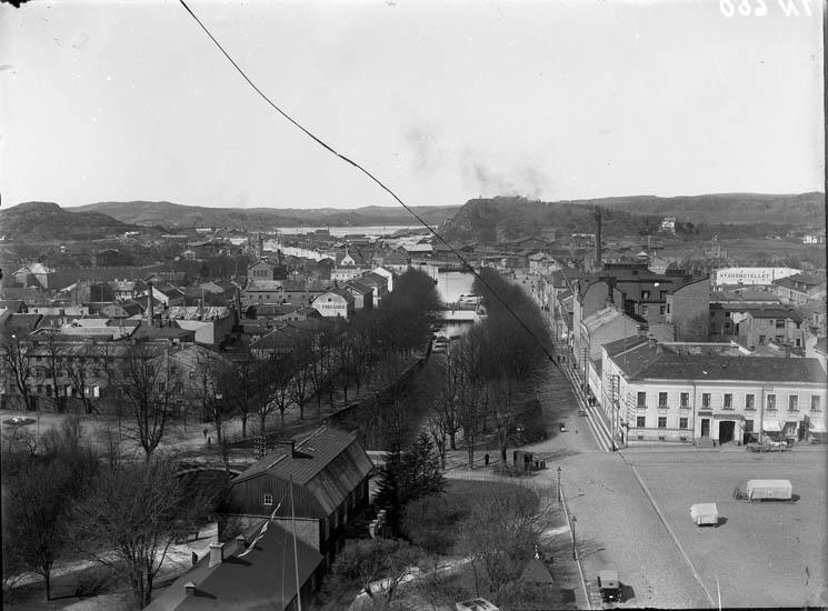 """Enligt tidigare noteringar: """"Utsikt från Klocktornsberget mot väster över Bäveån och Hamngatorna. I förgrunden del av torget."""""""