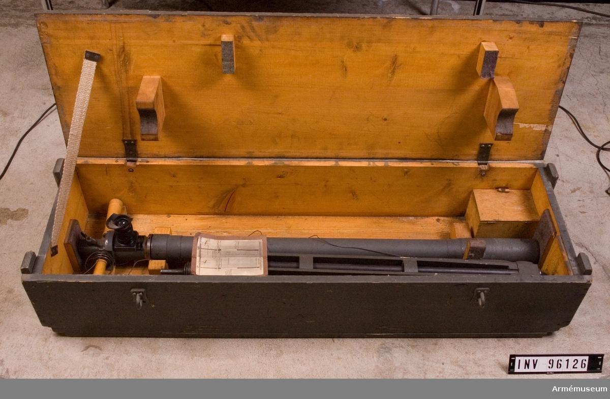 """Lådan märkt """"Perioskop No 359"""". Medföljande fotografi som visar periskopets funktion. Märkt """"Monokulares Feldperiskop"""". En mindre låda inuti packlådan innehållandes pensel samt putsduk. Tillverkare: Carl Zeiss - Jena"""