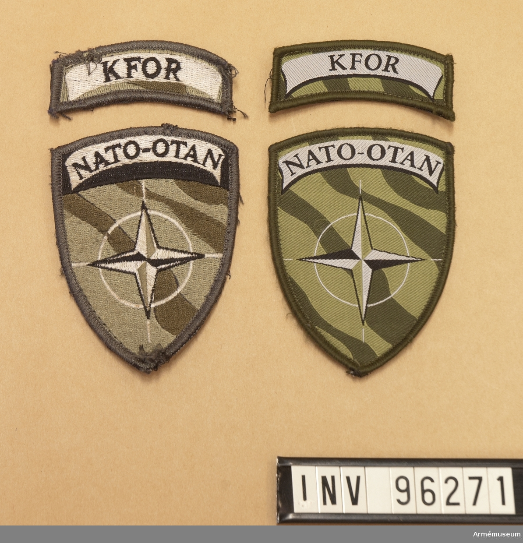 """Fyra tygmärken med kardborre på baksidan. Två stycken större med texten """"Nato"""" och två mindre med texten """"KFOR""""."""