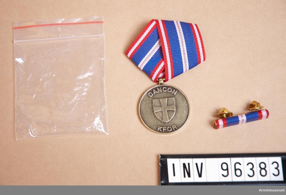 """Medalj för Dancon March inklusive släpspänne. Med texten """"DANCON KFOR""""."""