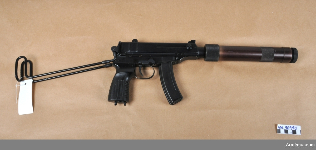 Hel/halavutomatisk kulsprutepistol av tjeckisk tillverkning. Försedd med avtagbar ljuddämpare. Magasin för 20 patroner. Kaliber 7,65 mm Browning.