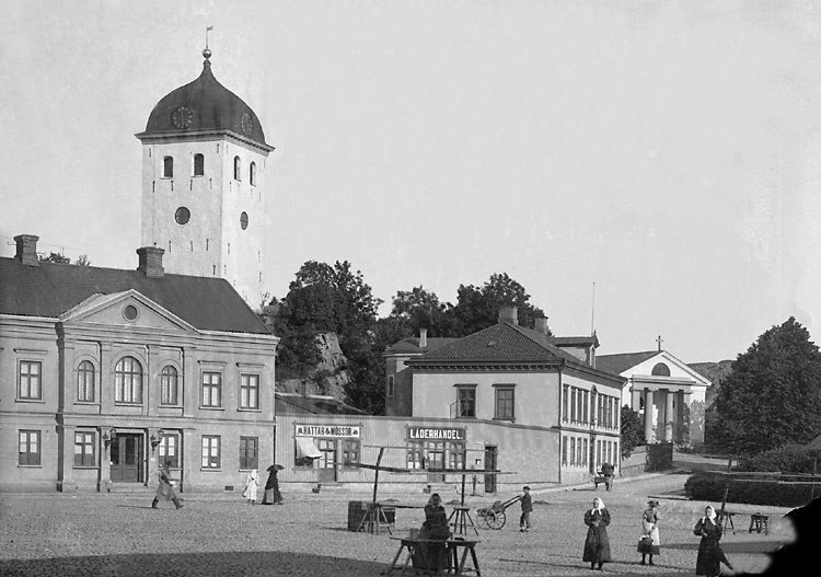 """Enligt tidigare notering: """"Torget i Uddevalla mot kyrkan."""""""