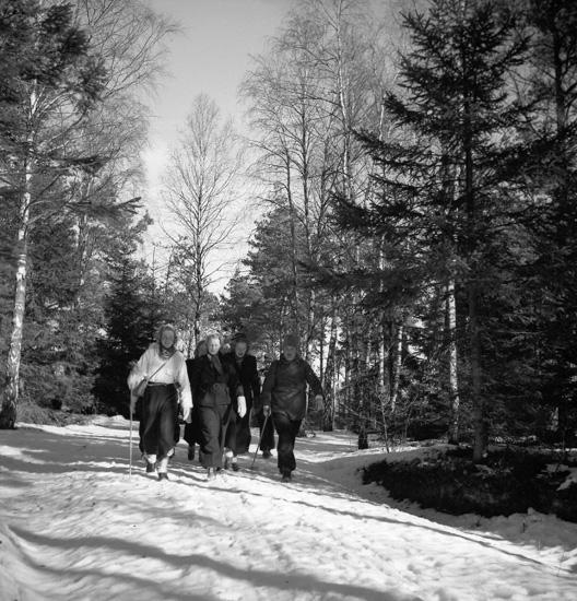 """Text till bilden: """"Fältsport. Promenad. Häggvall-Torgestad-Alsbäck-Finsbo-Lysekil. 1940.02.25""""."""