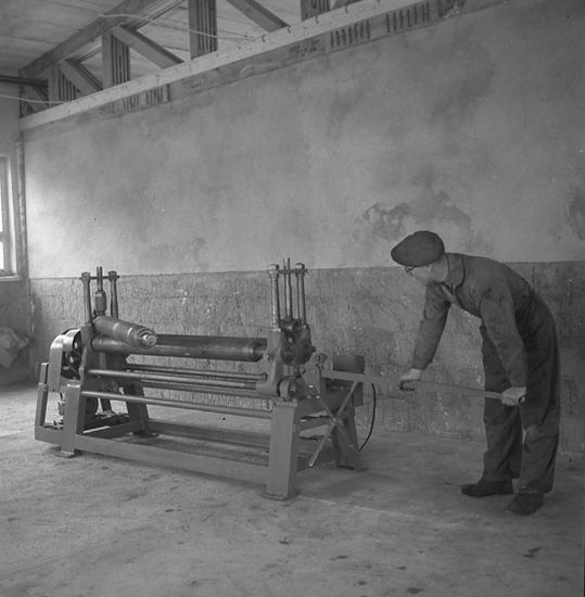 "Text till bilden: ""Plåtvalsmaskin. Hellden & Co. Mek. verkstad. 1947.03.27""."