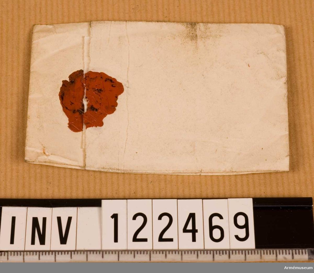 """Text på kuvert: """"Prof af Duk till Siktarne för Siktning af krutsorterne vid krutbruket Bouchet. 1827 Wetterling."""" Kuvertet är tomt."""