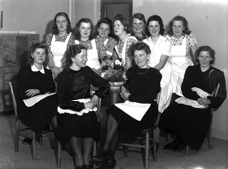 """Text till bilden:""""Gruppbild. Elva damer. V. U. Skolan""""."""