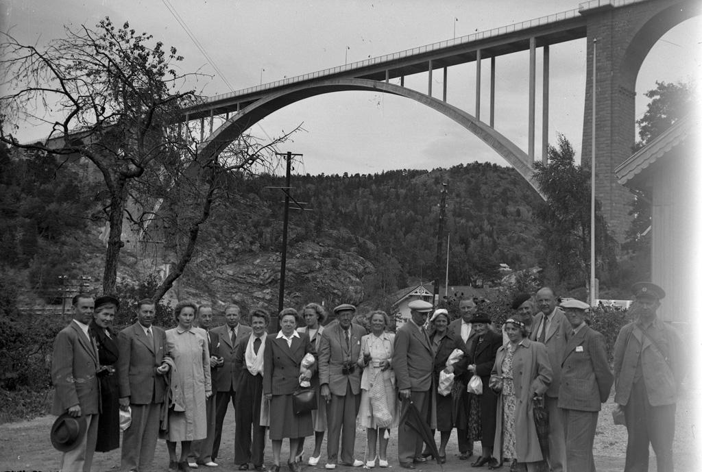 """Text till bilden: """"Hällekind 1947. Bilden är troligen tagen vid Svinesundsbron""""."""