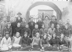 """""""Storskolan"""" i Fiskebäckskil år 1932 sittande framför kyrkpo"""